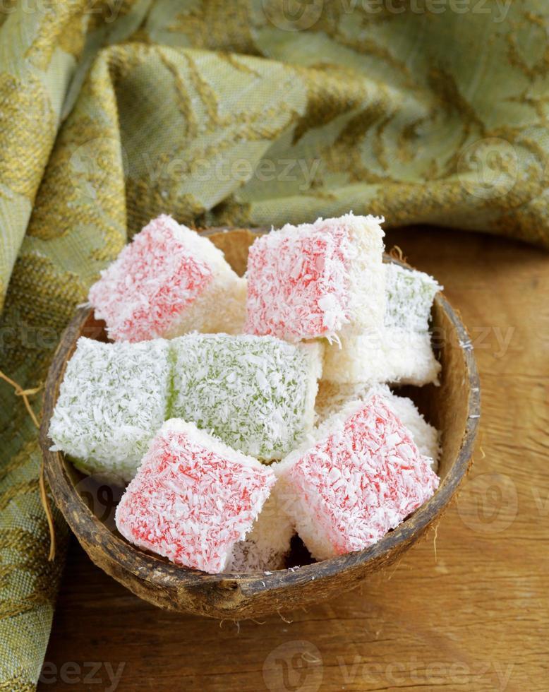 Dessert mit türkischem Genuss (rahat lokum) in Kokosflocken foto
