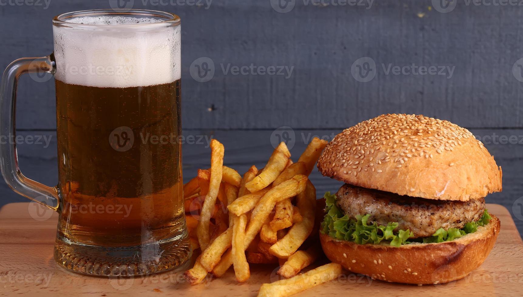 Bier Burger und Pommes foto