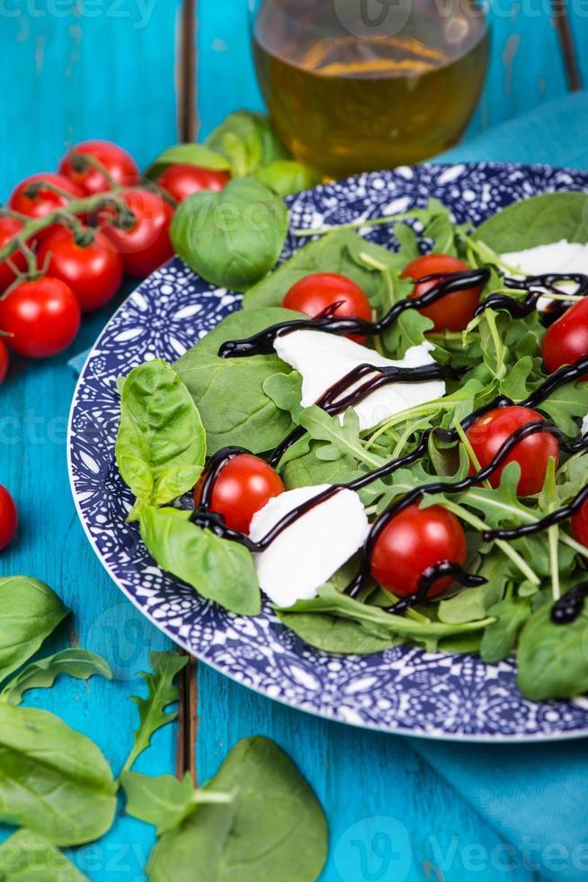 gesunder Ernährungssalat mit Tomaten, Mozzarella, Basilikum und Balsamico foto