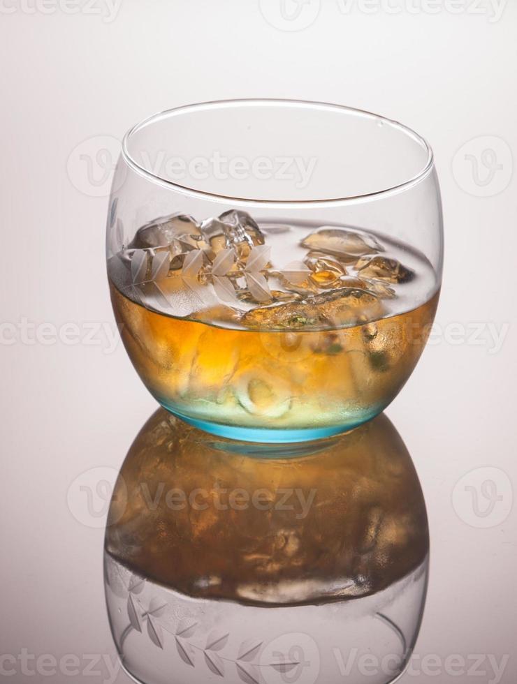 Glas Scotch Whisky und Eis foto