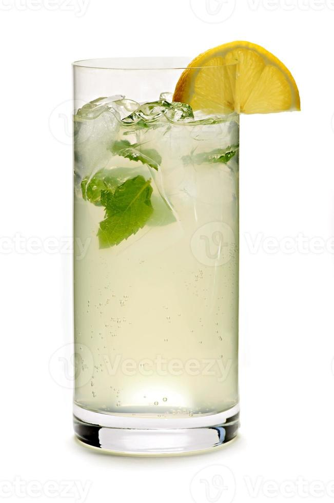 Glas Minze Limonade lokalisiert auf einem weißen Hintergrund foto