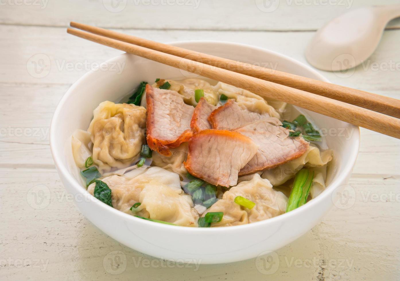 Wontonsuppe mit geröstetem rotem Schweinefleisch, chinesisches Essen foto