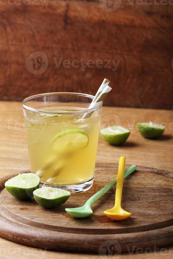 kaltes goldenes Erfrischungsgetränk aus Limette und Honig foto