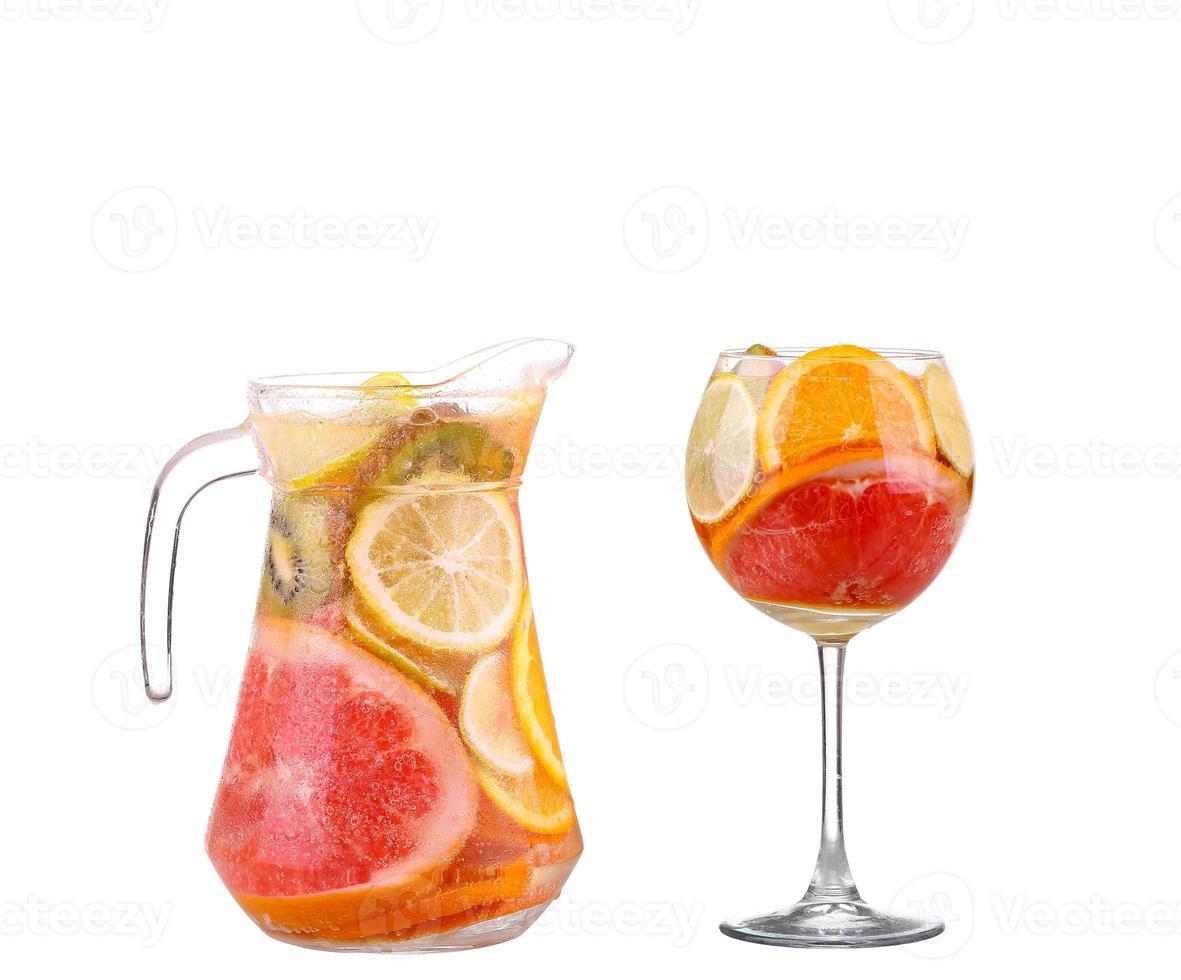 Krug mit einem erfrischenden Getränk mit Zitronenscheiben foto