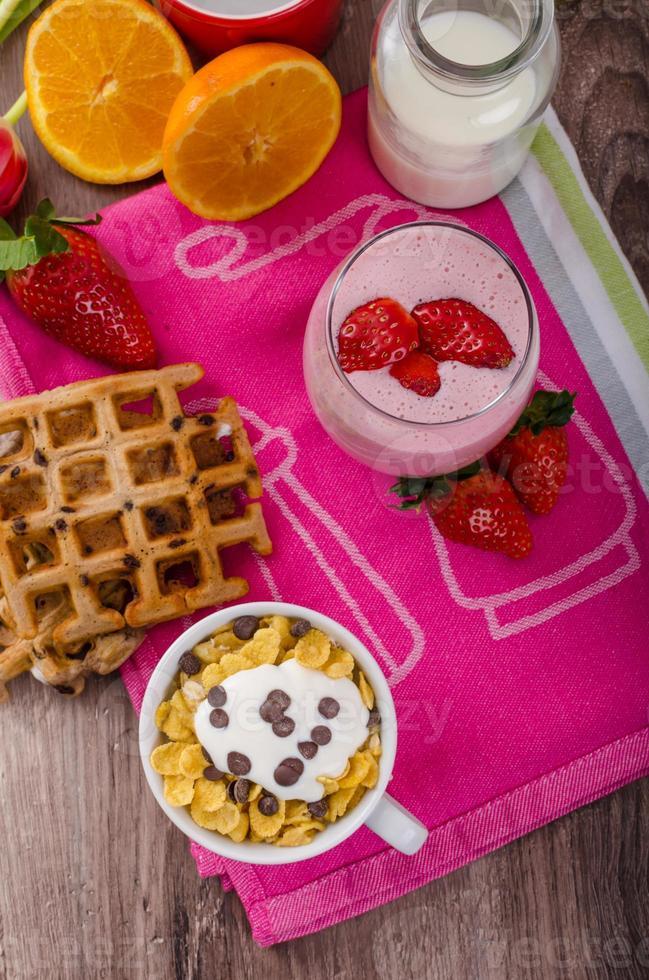 Erdbeer-Smoothie und Cornflakes foto