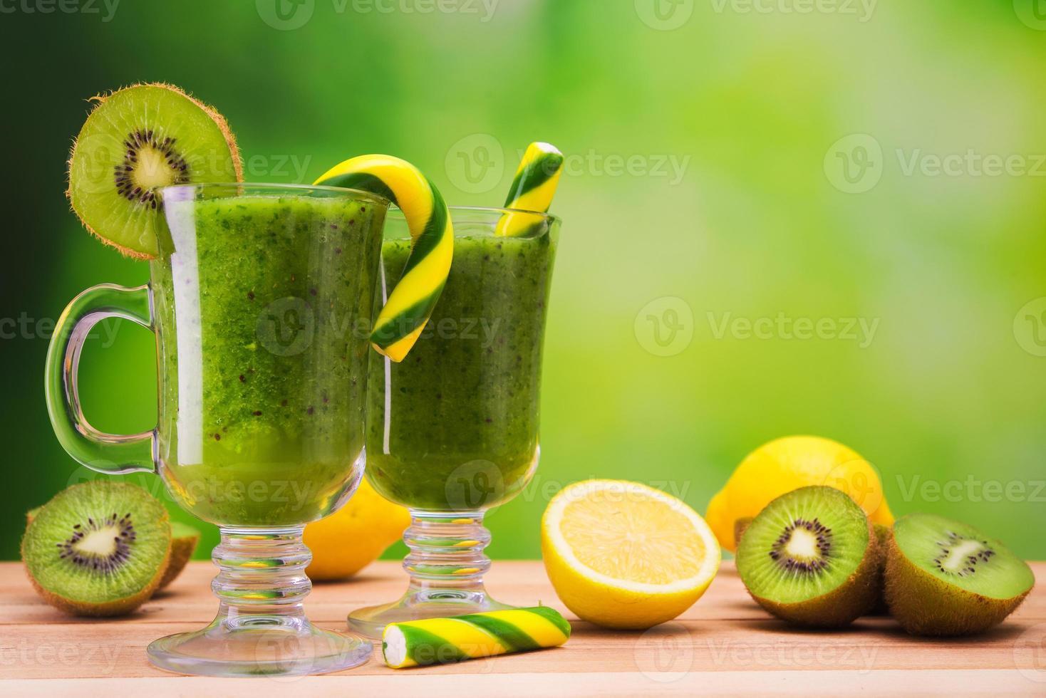 frischer Dessert-Kiwi-Cocktail foto