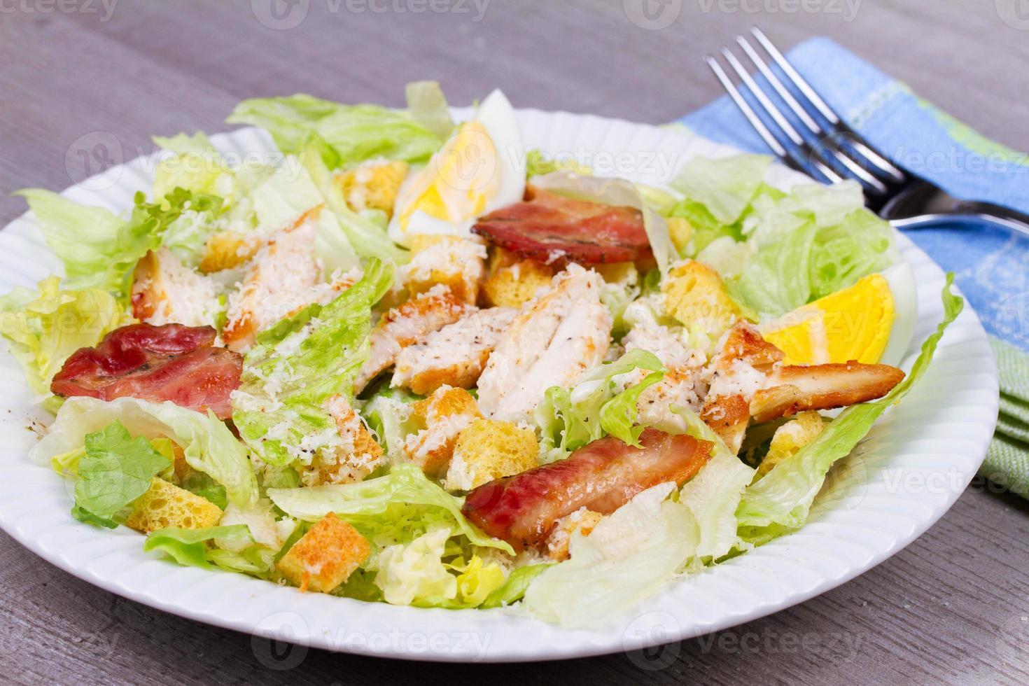 Caesar Salat mit Hühnchen und Grissini foto
