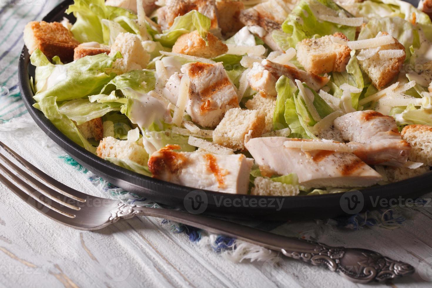 Caesar Salat mit gegrilltem Huhn Nahaufnahme, horizontal foto