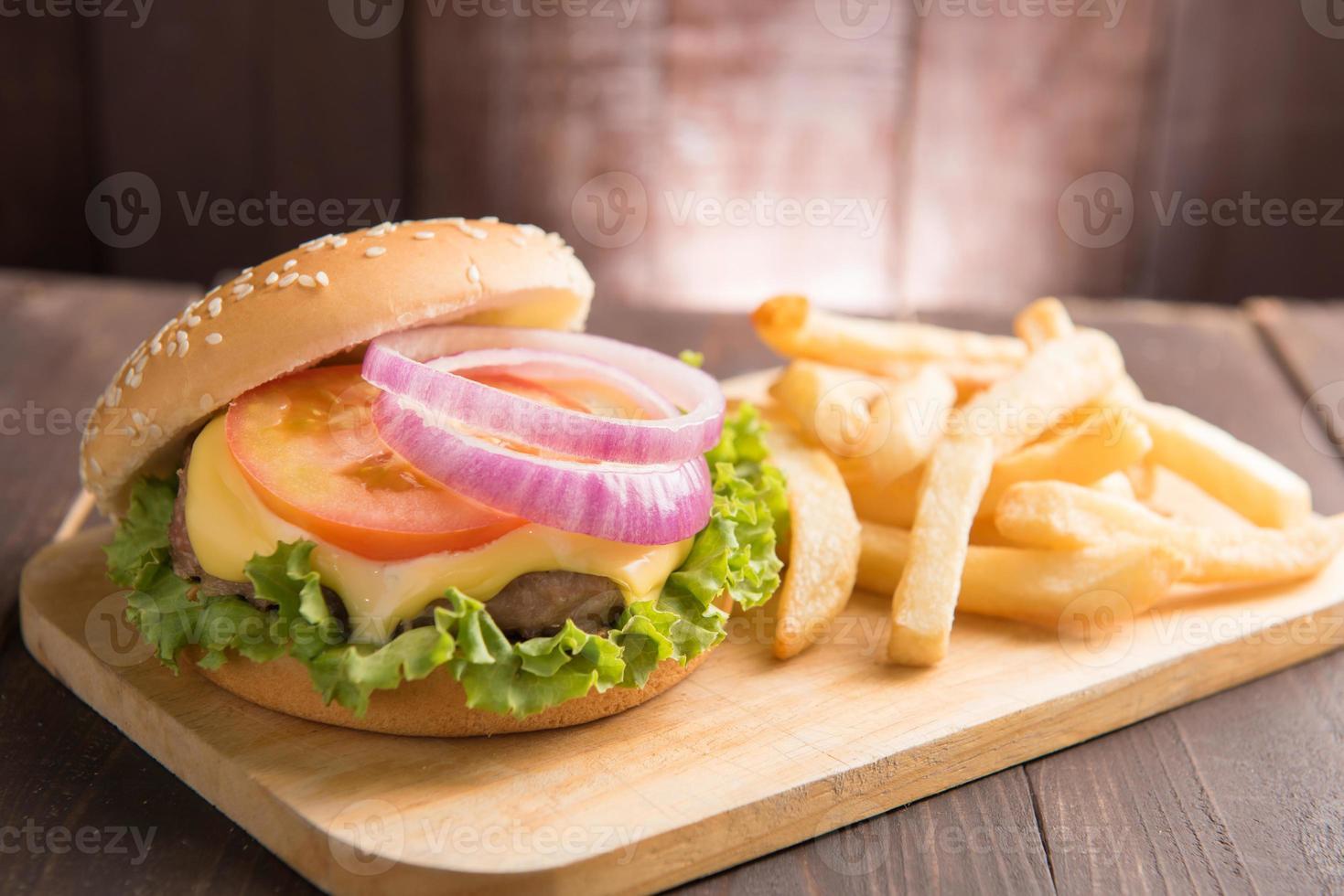 Grill Hamburger mit Pommes Frites auf Holzhintergrund foto