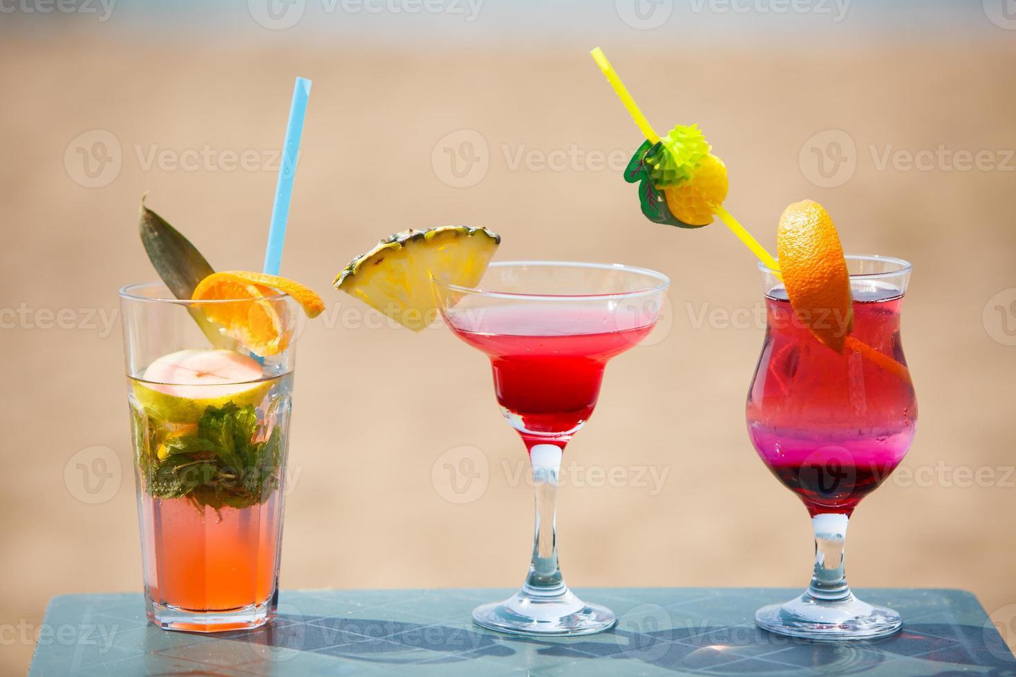 drei Cocktails auf dem Tisch foto