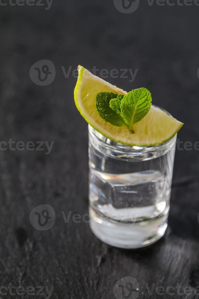 Mojito-Zutaten - Rum, Minze, Limettenscheibe foto