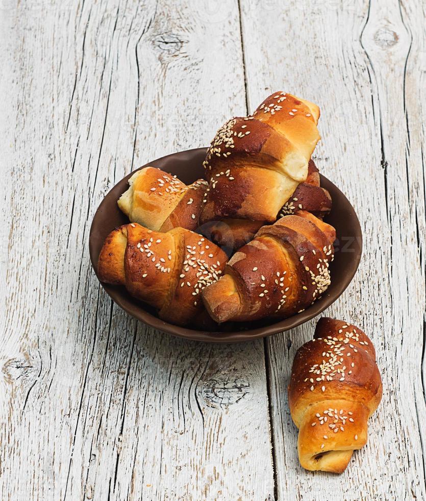 frisch gebackene süße Brötchen in einer Tonschale foto