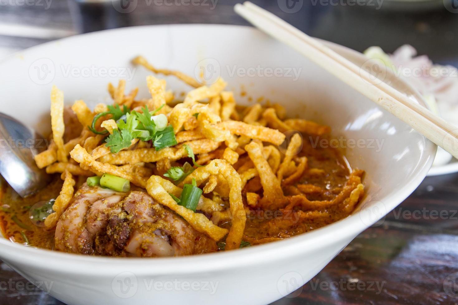 khao soi, nordthailändische Nudelcurrysuppe foto