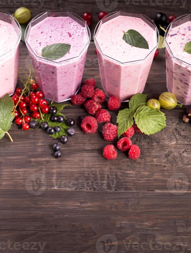 Gläser mit verschiedenen frischen Beeren-Smoothies foto