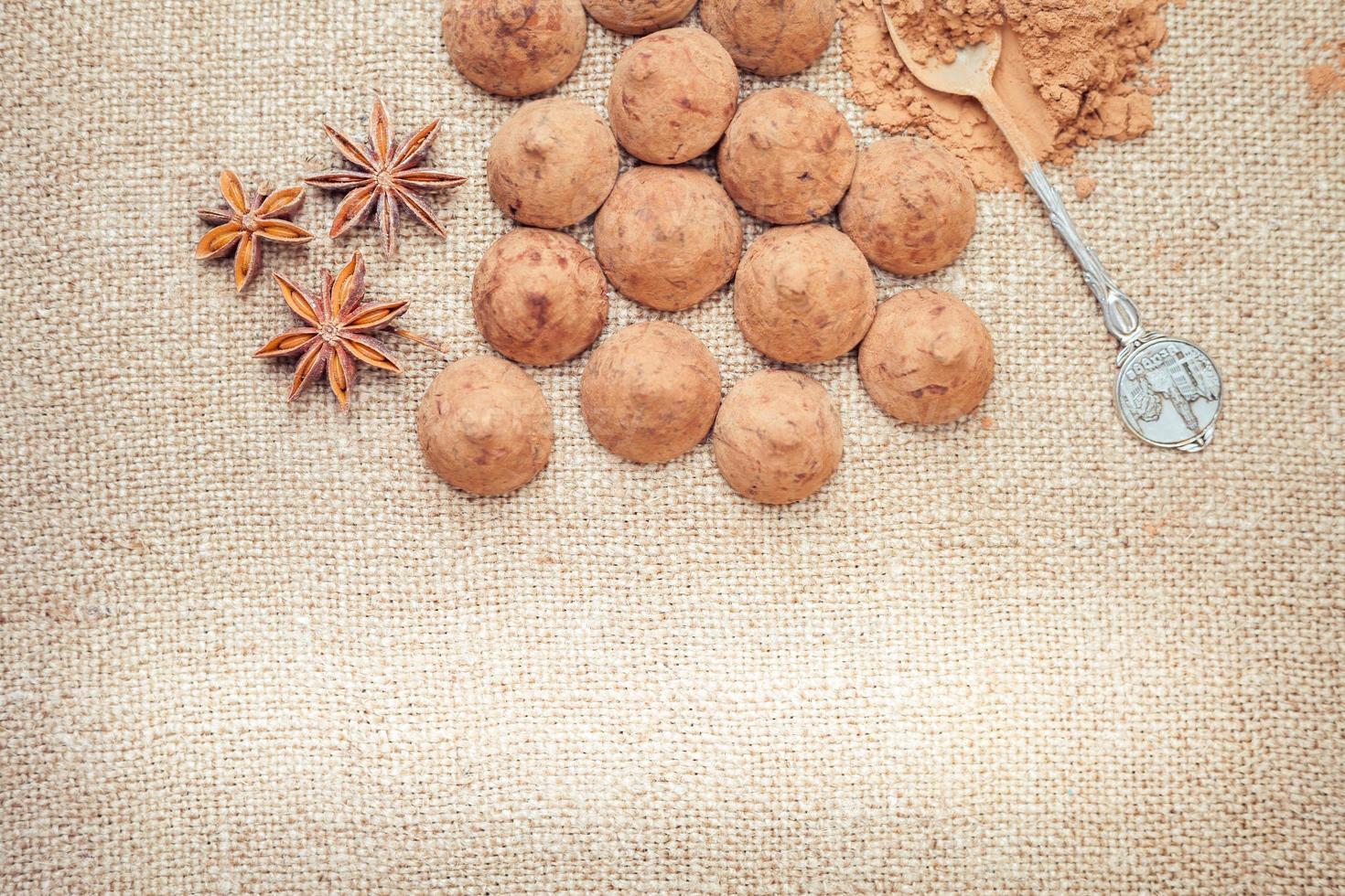 Schokoladentrüffel Bonbons auf einem Hintergrund der Sackleinenbeutel Textur foto