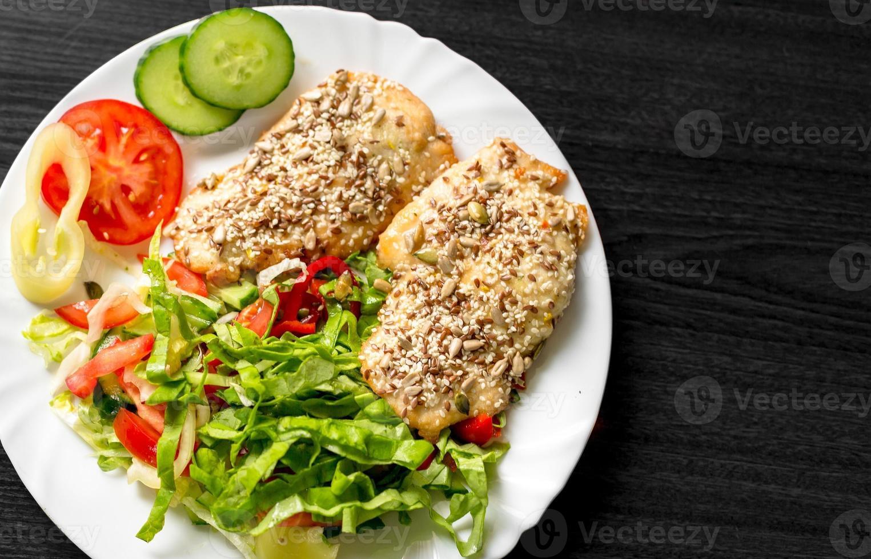 leckeres Essen auf weißem Teller foto
