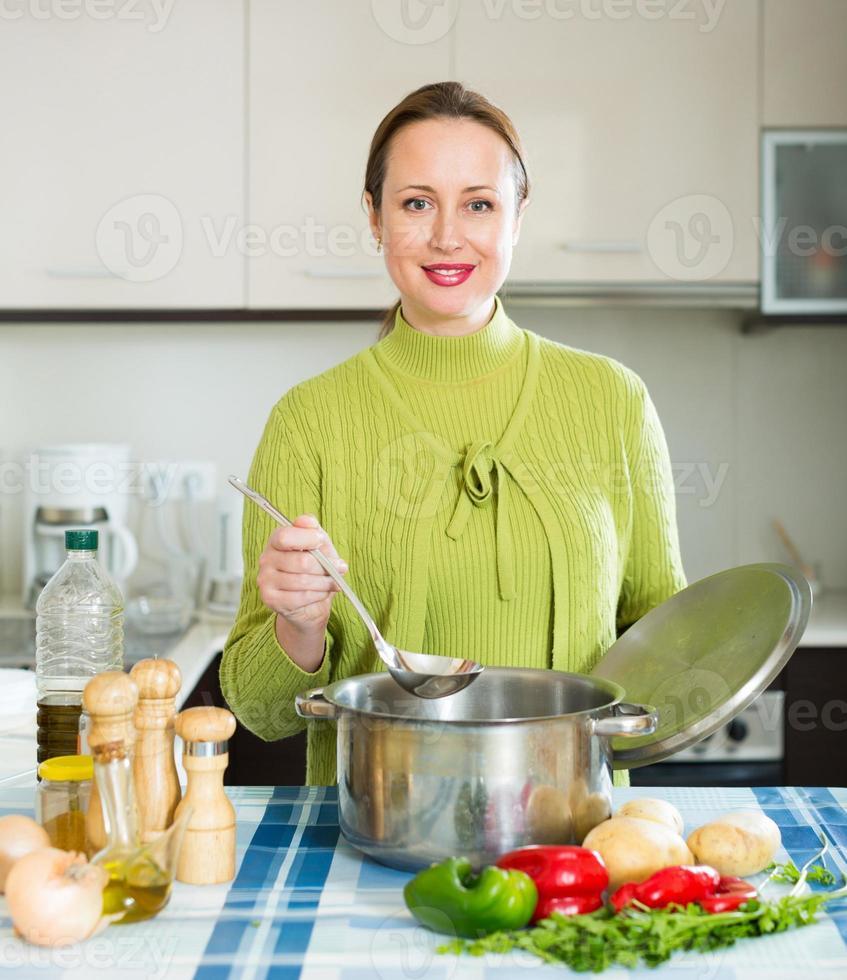 weibliche Kochsuppe foto