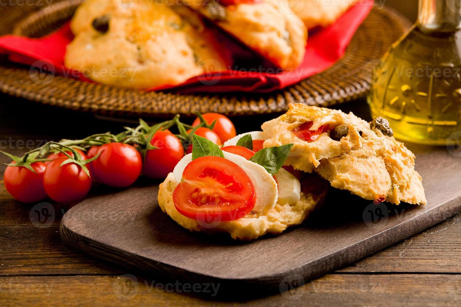 hausgemachte Pizzabrötchen gefüllt mit Tomaten und Mozzarella foto