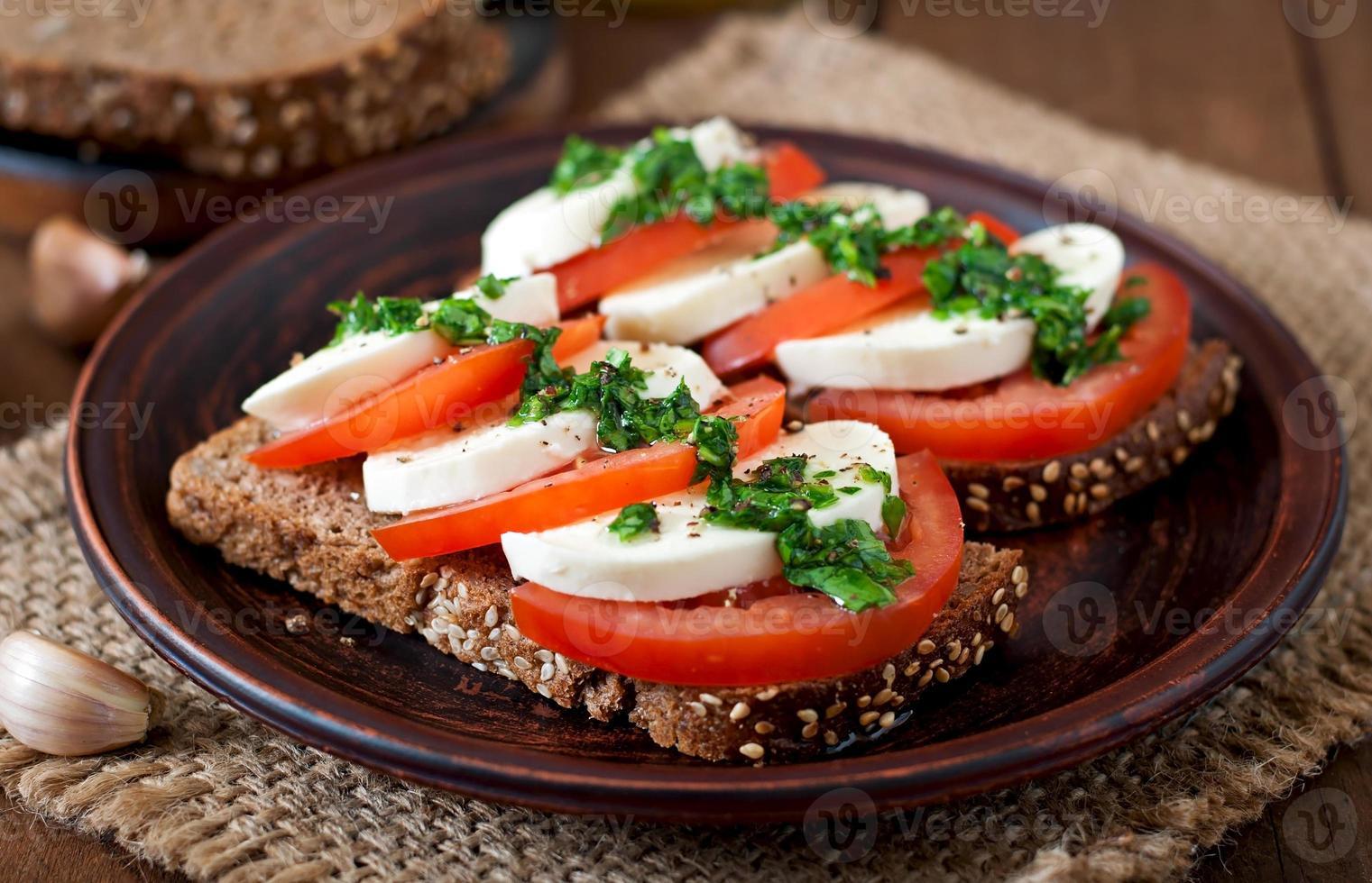 nützliche Diät-Sandwiches mit Mozzarella, Tomaten und Roggenbrot foto