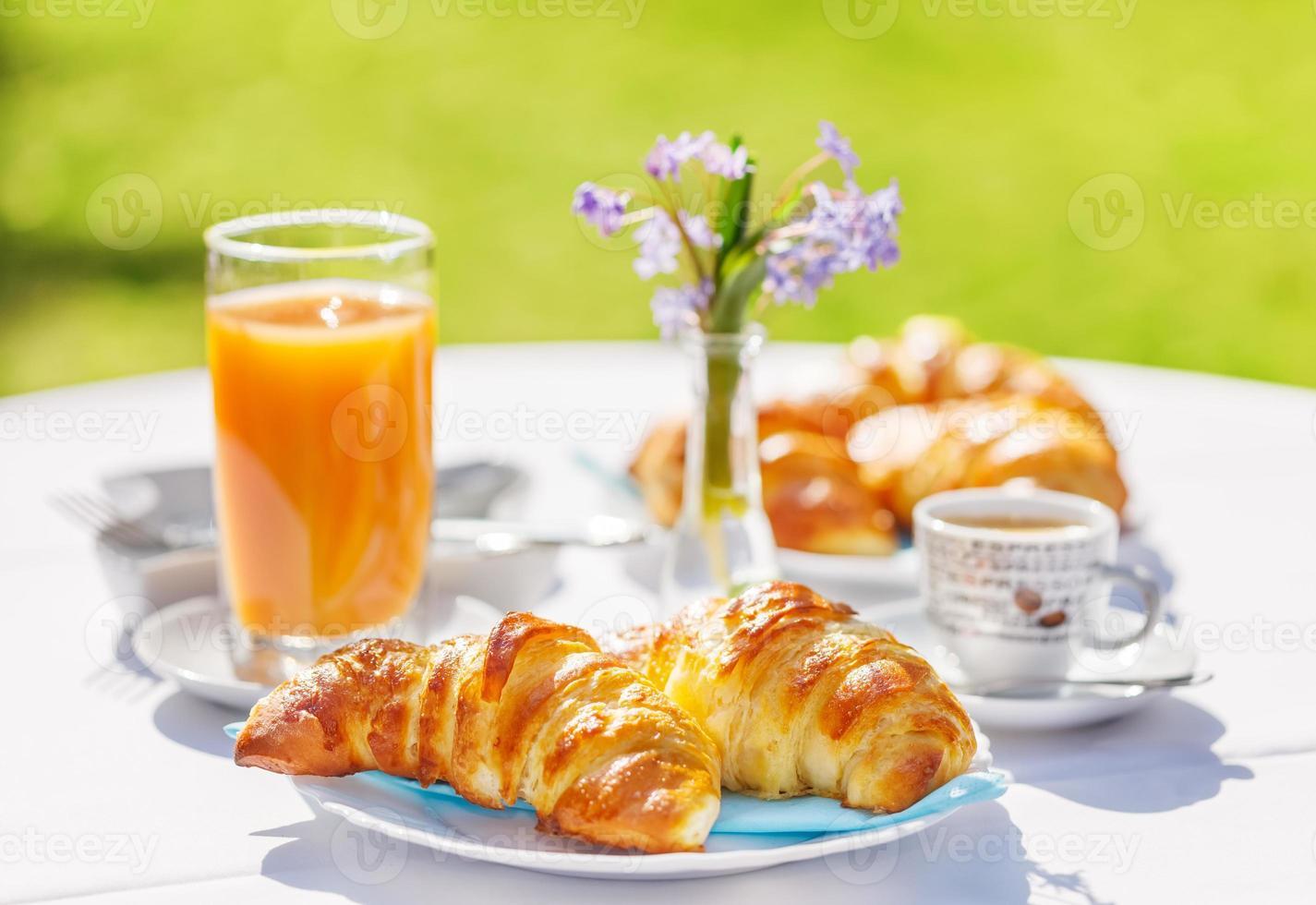 Croissants, Kaffee und Orangensaft foto