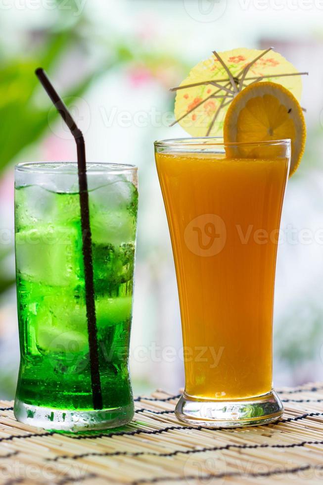 grünes Fruchtsoda und Orangensaft foto