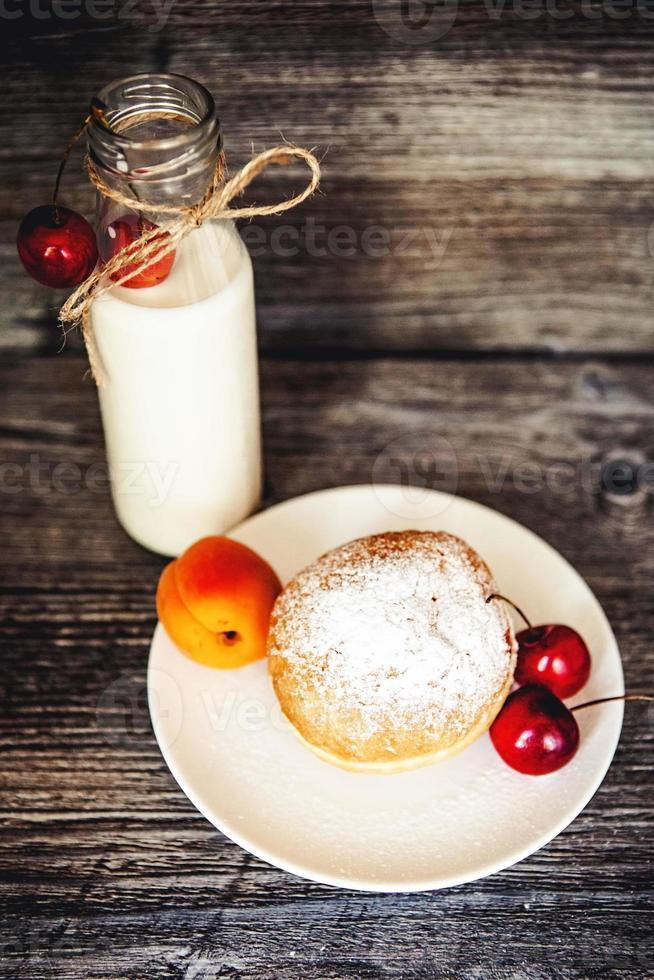 Kekse und eine Flasche Milch foto