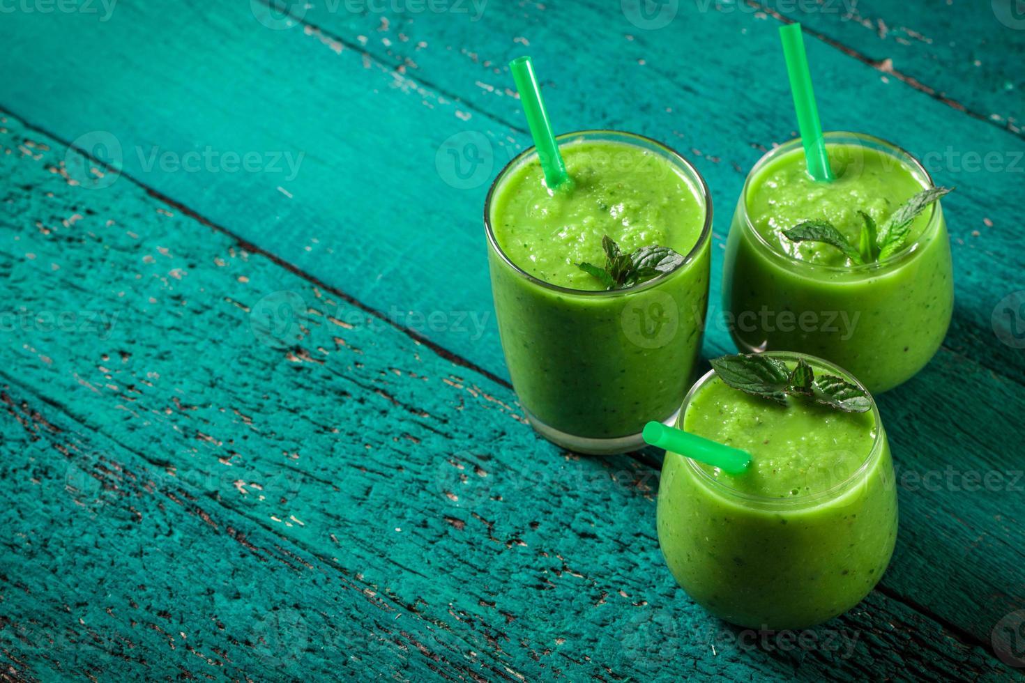 grüner Detox-Smoothie auf Holztisch foto