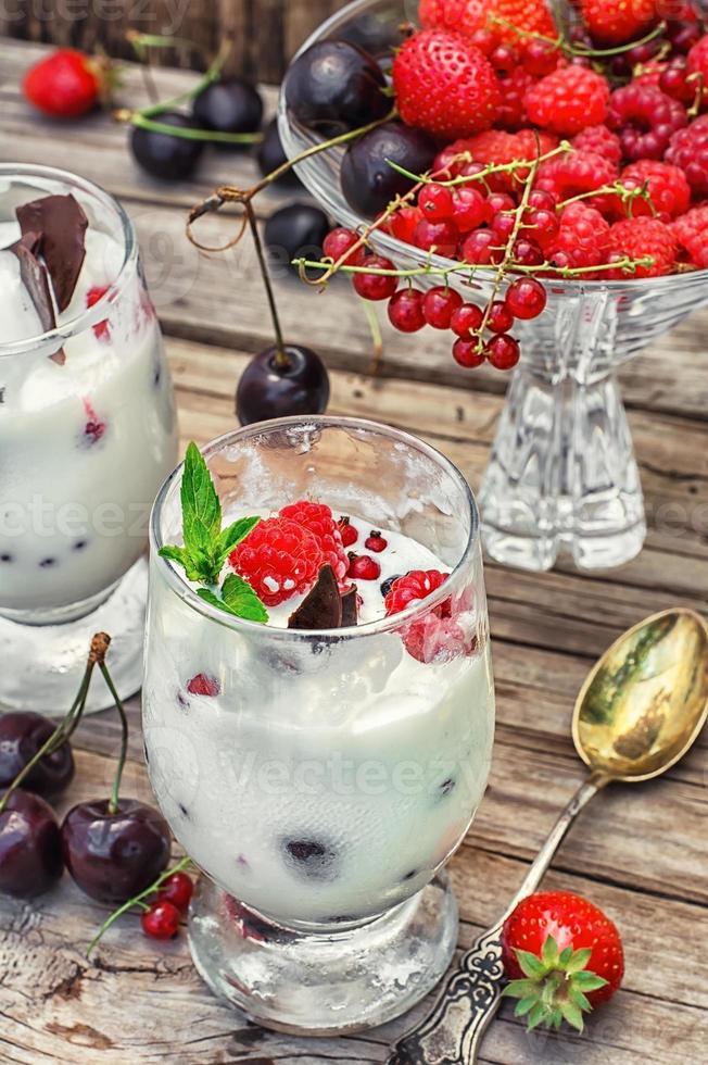 Eis mit frischem Obst foto