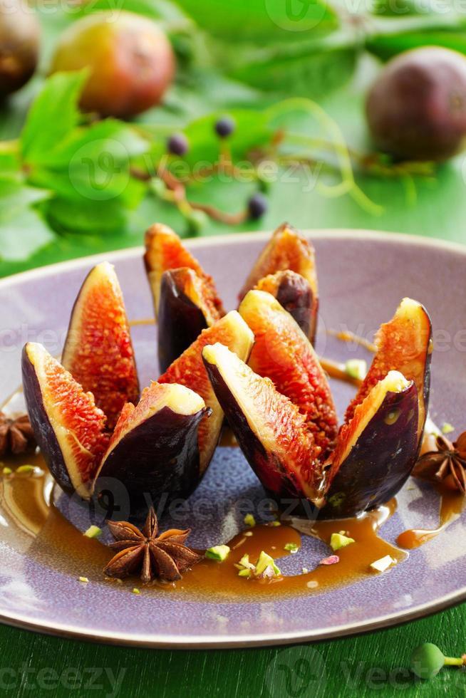 gebackene Feigen mit Karamell und Gewürzen. foto