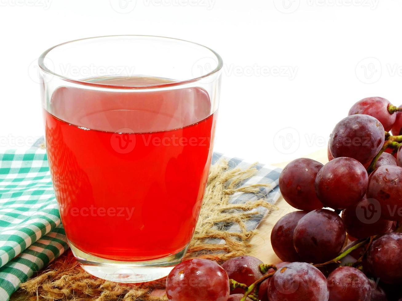 Glas roter Traubensaft mit Früchten foto