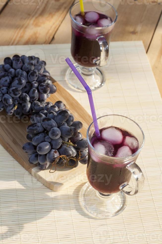Traubensaft und frische blaue Trauben foto