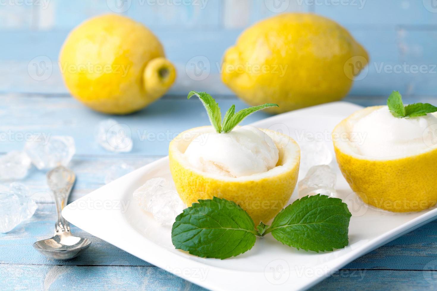 Zitronensorbet-Eis mit Zitronen foto