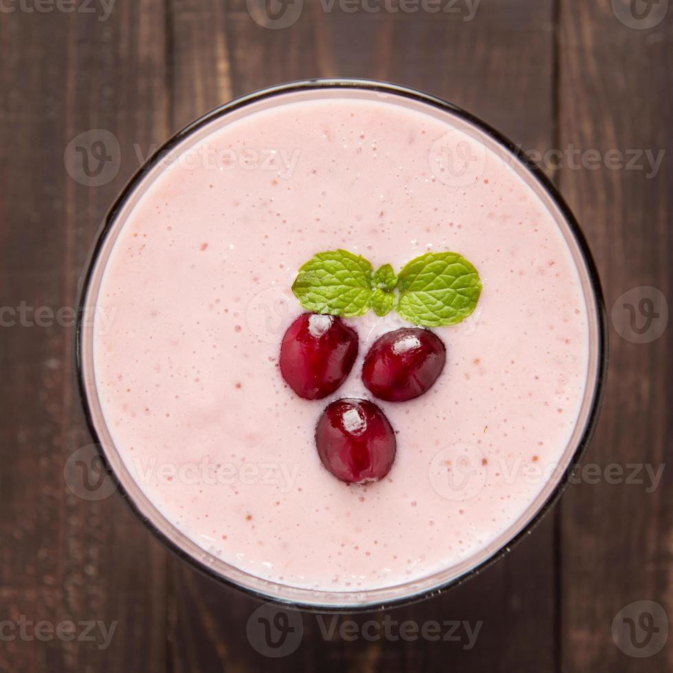 Cranberry-Frucht-Smoothie auf hölzernem Hintergrund, gesunde Ernährung. foto