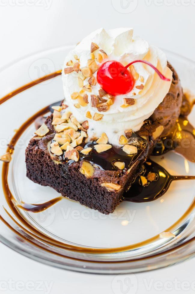 Schokoladen-Brownie-Eis und Kirsche foto