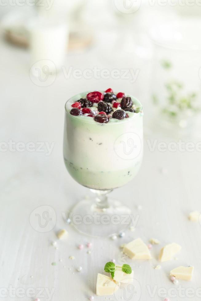 Milchshake mit natürlichen Früchten aus Beerenfrüchten und Pistazien-Avocado foto