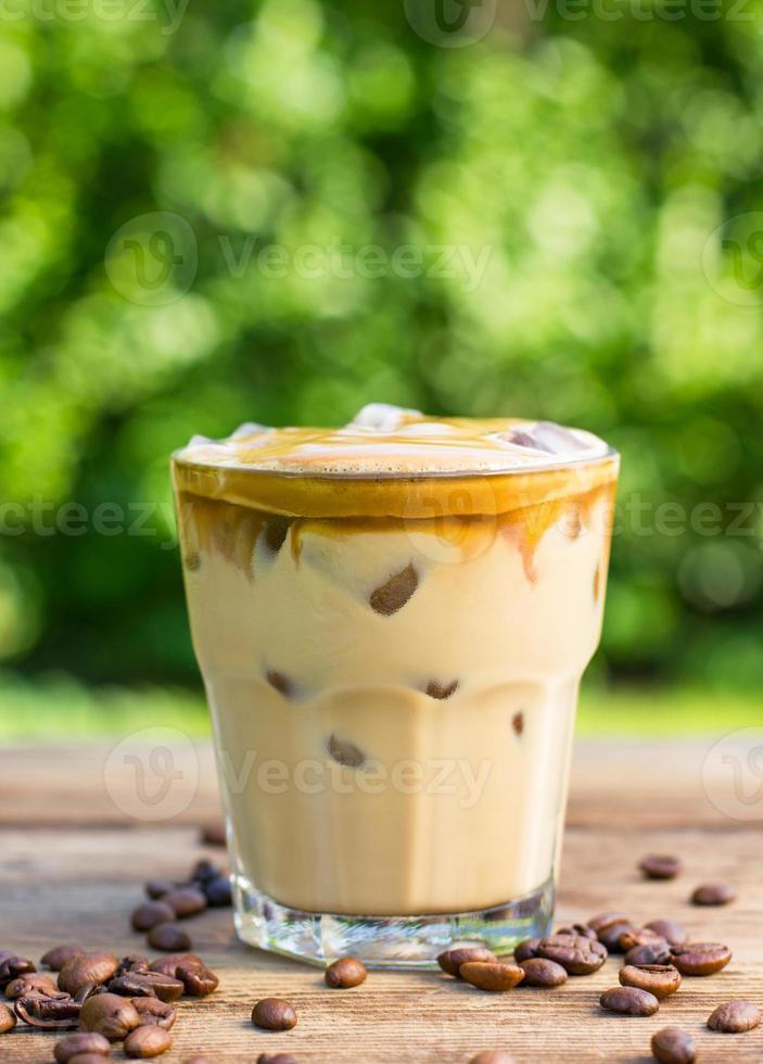 Eiskaffee mit Milch und Schlagsahne foto