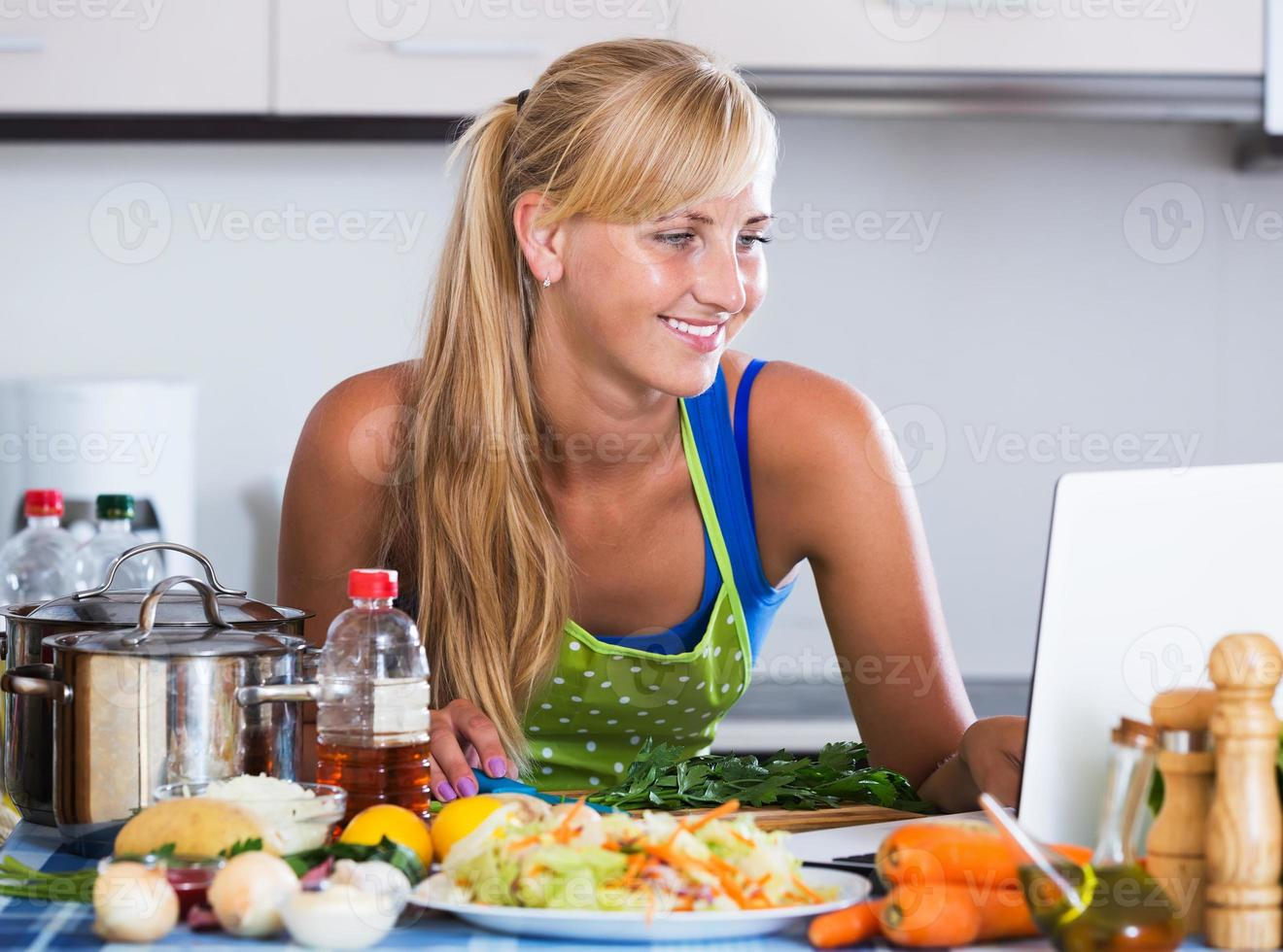 Frau sucht Rezept im Internet foto