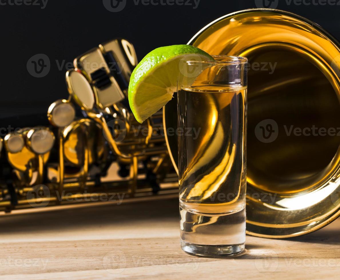 Saxophon und Tequila mit Limette foto
