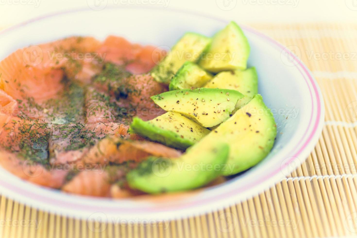 gesunde Rezepte: Avocado, Räucherlachs und Gewürze foto
