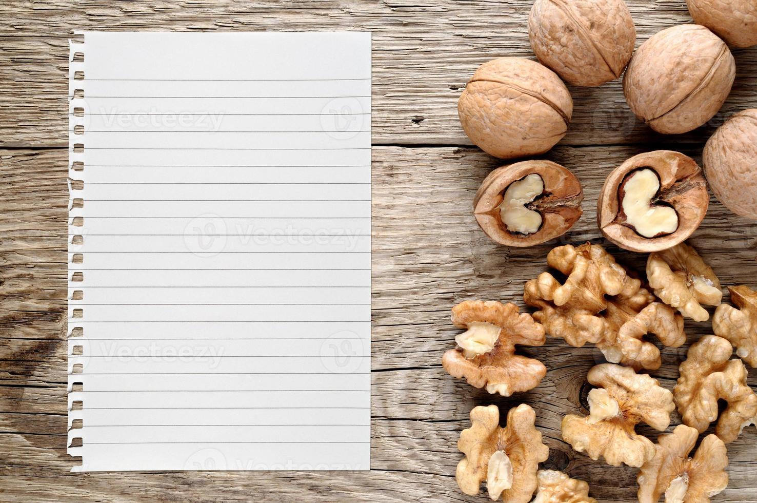 Walnüsse und Papier als Rezept foto