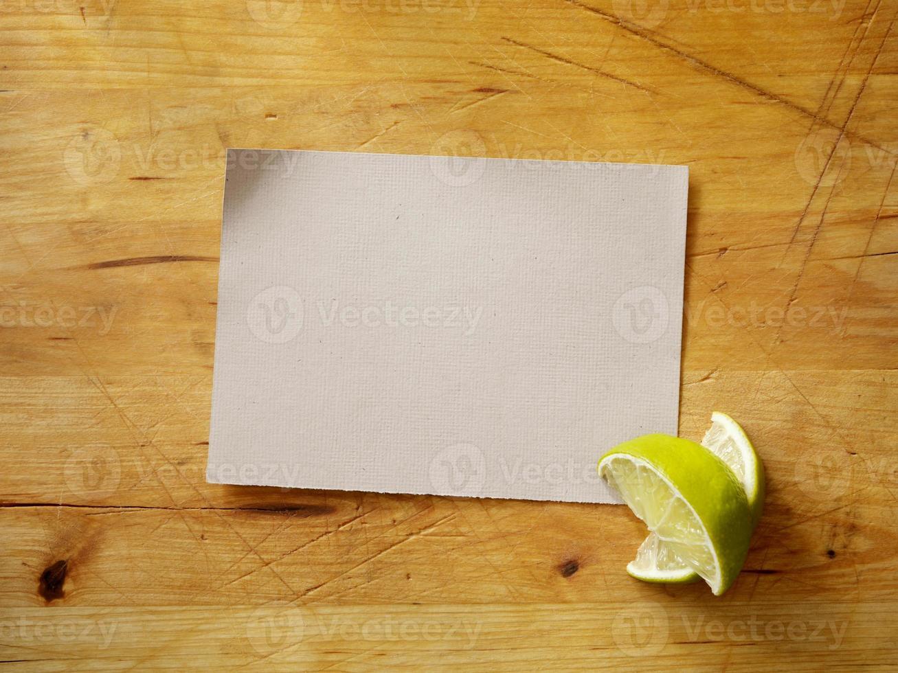 Rezeptkarte mit frischen Limetten foto