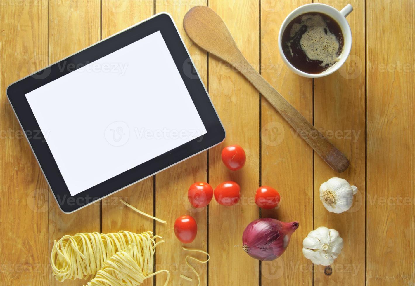 Zubereitung von Lebensmittelrezepten auf Tablette foto