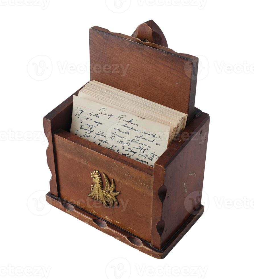 Vintage braune hölzerne Rezeptbox mit handgeschriebenen Rezepten im Inneren foto