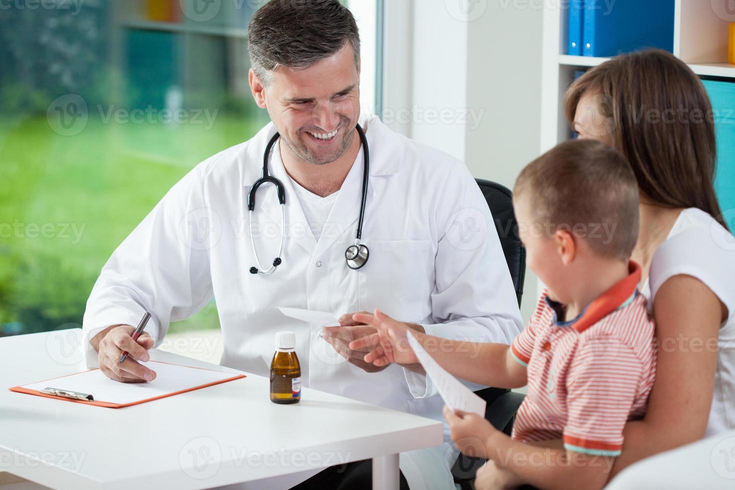 Kinderarzt gibt ein Rezept foto