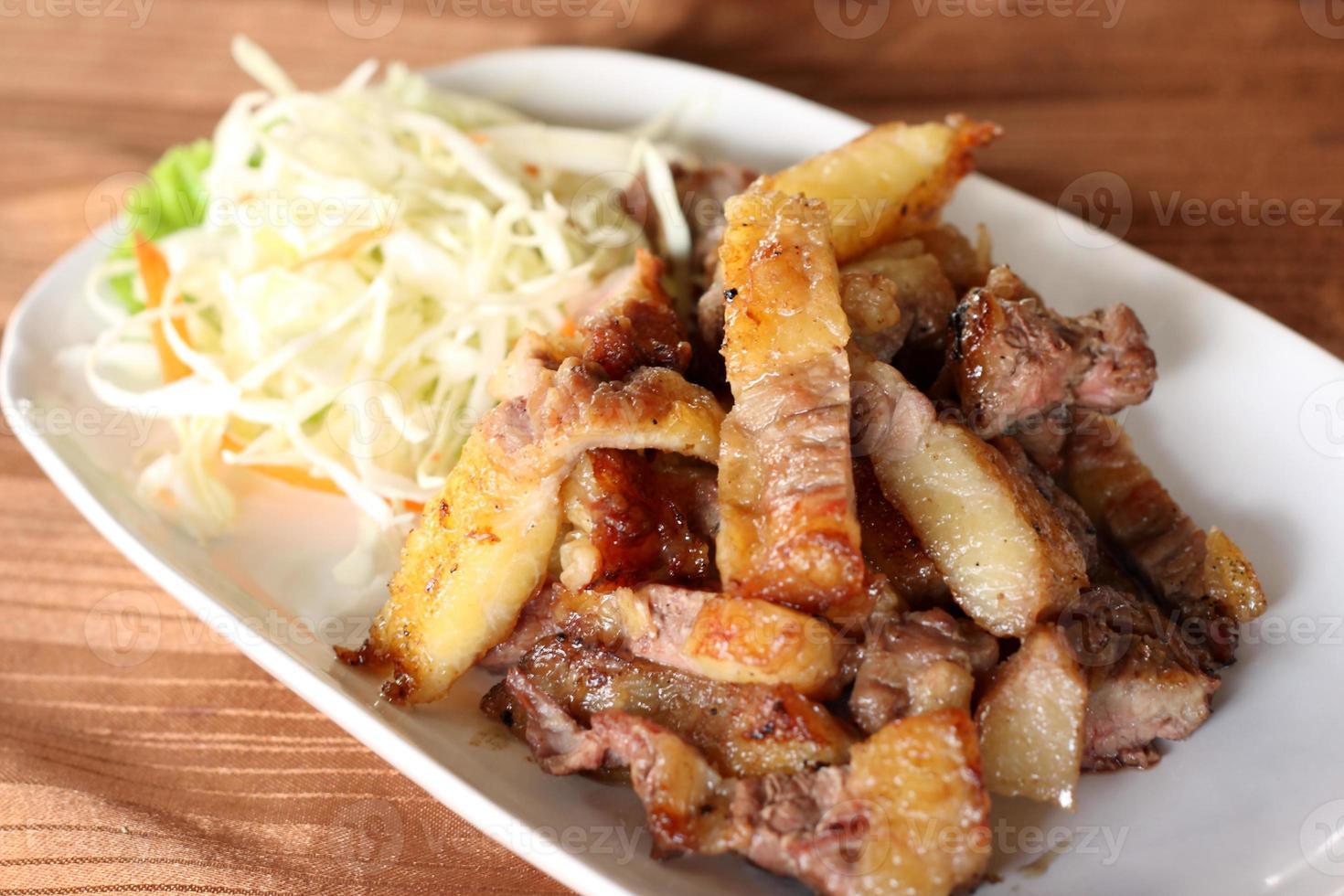 gegrilltes Schweinebrustrezept in Scheiben geschnitten. foto