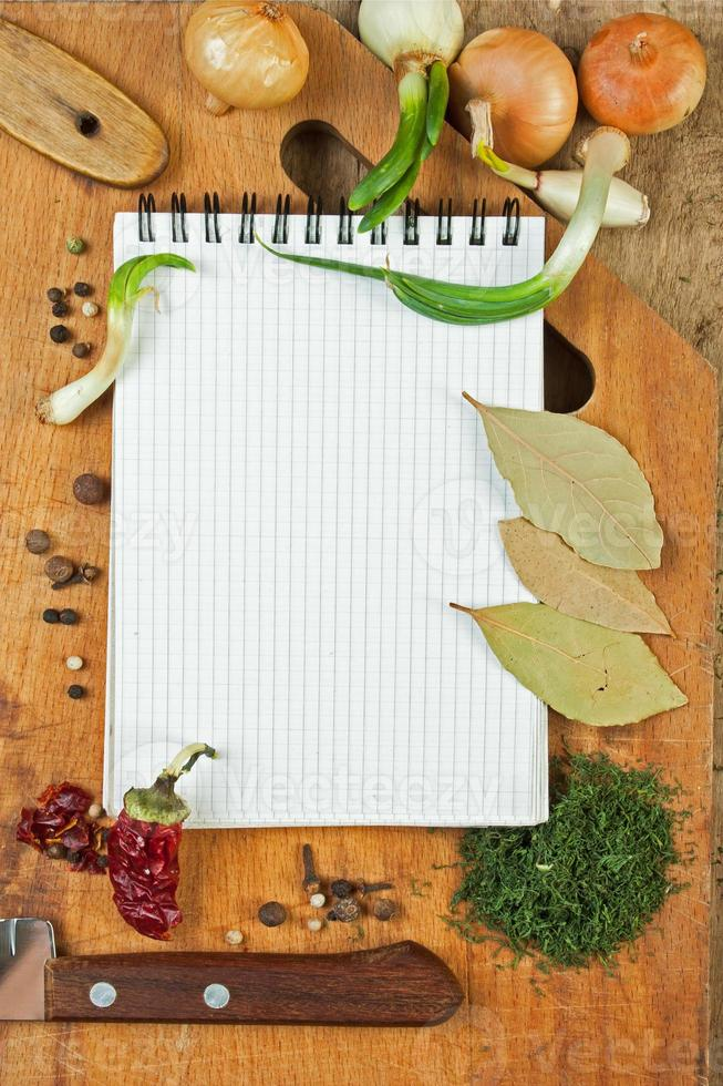 Notizbuch, um Rezepte mit Gewürzen zu schreiben foto