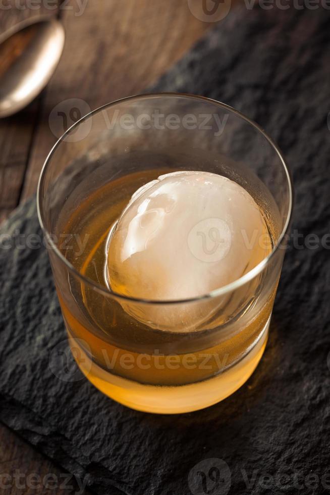 Bourbon Whisky mit einem Kugeleiswürfel foto