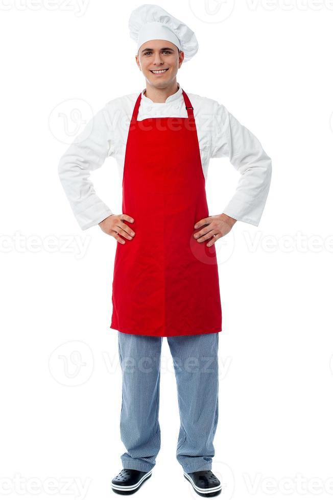 erfahrener männlicher Koch, der beiläufig posiert foto