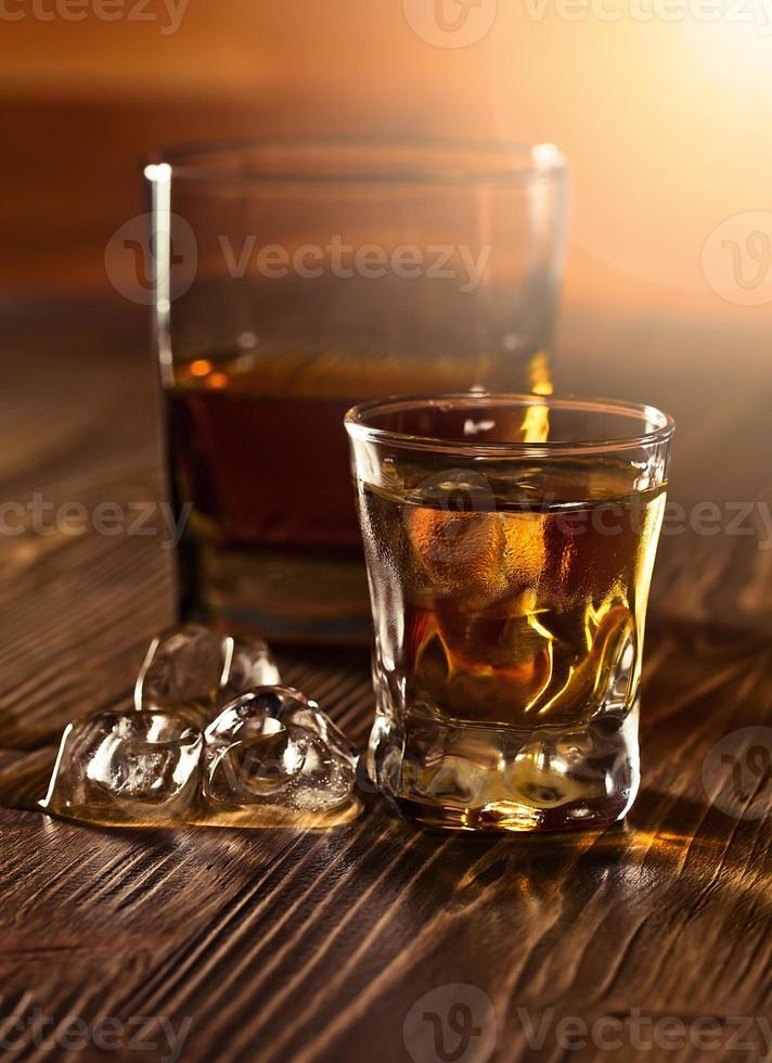 Whisky und natürliches Eis foto