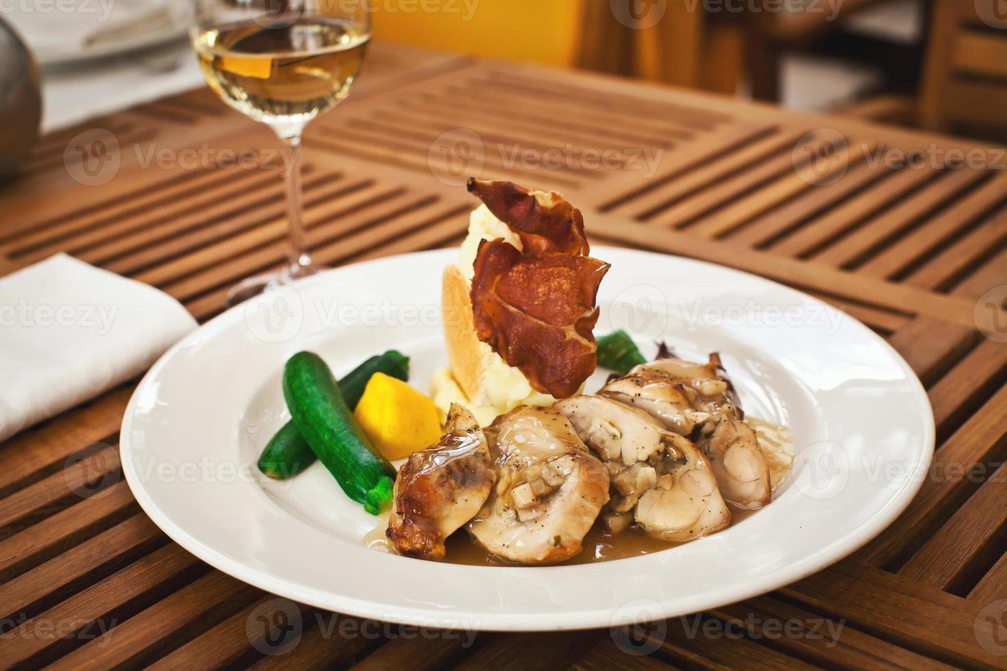 frische gesunde Nahrung mit Huhn und Gemüse foto